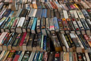 Blick auf einen Büchertisch