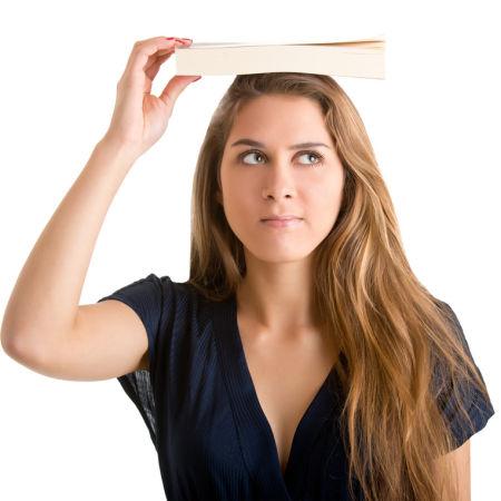 Buch über dem Kopf gehalten
