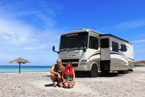 Tom und Enida Kaules vor ihrem Wohnmobile am Strand in Mexiko