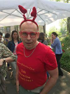 Tom hat Spass auf der Inspicon mit roter Sonnenbrille und Herz Haarreif