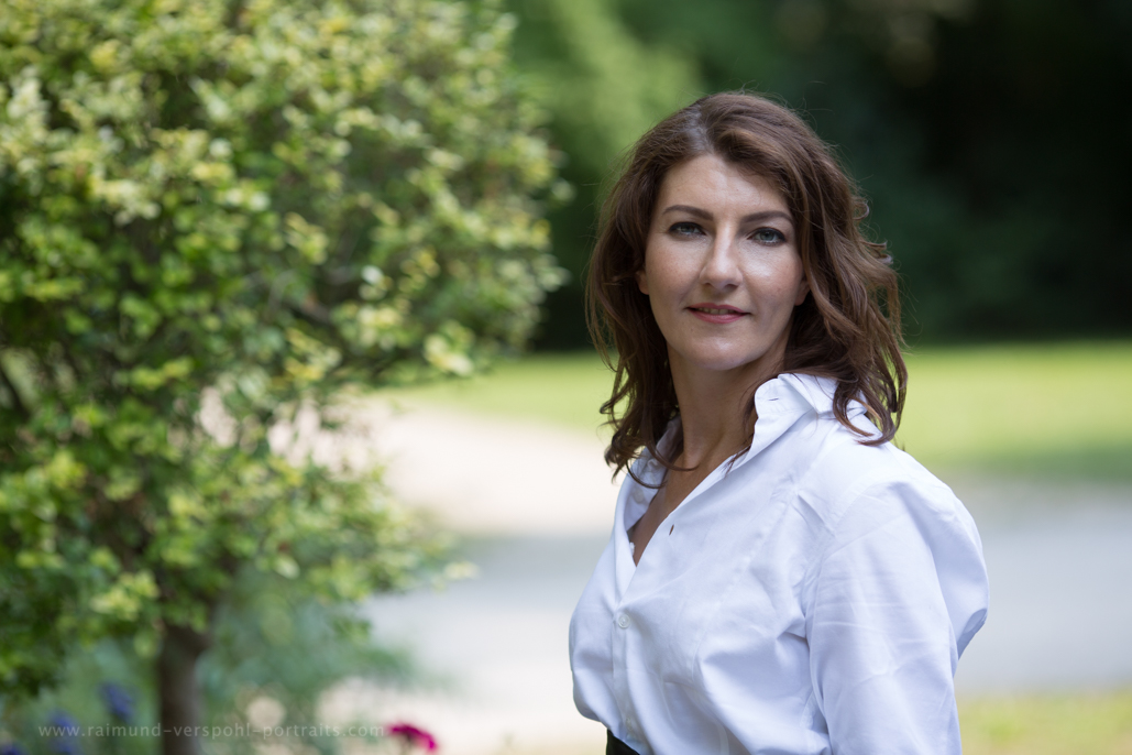 Selfpublishing-Autorin Monika Pfundmeier im Garten