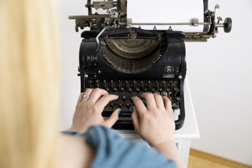 Autorin an der Schreibmaschine - Papyrus Autor