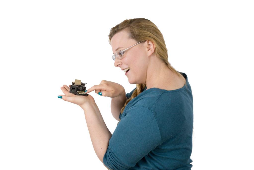 Papyrus-Expertin Jurenka Jurk mit Schreibmaschine