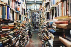 Ein Gang voller gestappelter Bücher