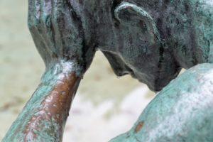 Skulptur eines Zweifelnden