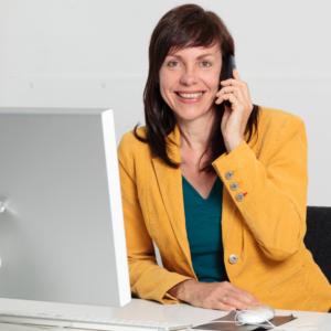 Christina Bodendieck, Verkaufstrainierin beim Telefonieren