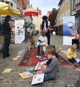 Vorlesefrisör Danny Beuerbach bei einer Straßenaktion mit Kindern